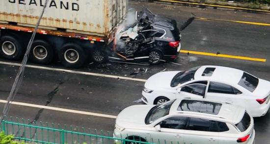 上海宝山一小客车追尾集卡 小客车驾驶员当场死亡