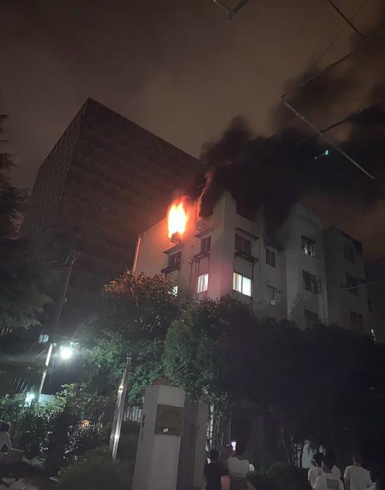 图说:六楼居民家中突发大火 现场浓烟滚滚 网友供图