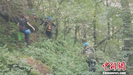 视频截图:洛阳神鹰救援队队员在山中搜救。 李超庆 摄
