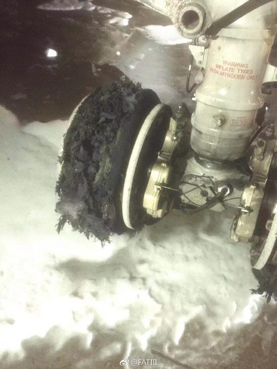 图片来源于@FATIII一架马航航班疑似因爆胎在上海浦东机场中断起飞。