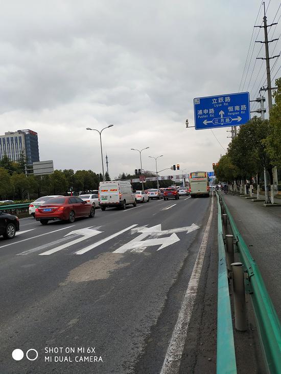 图说:浦星公路江月路口的导向箭头 李建铭摄(下同)