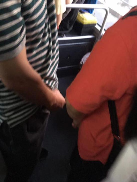 穿条纹衣服者为实施猥亵的男子。本文图片均由受害者亲属提供。