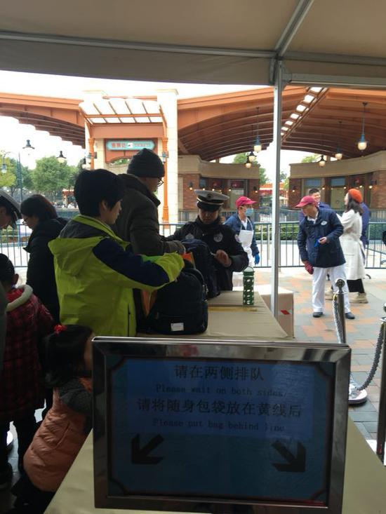 上海迪士尼入园搜包处