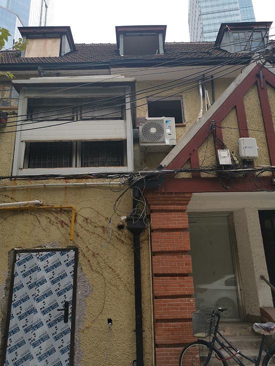 历史建筑的外立面墙遭到破坏。