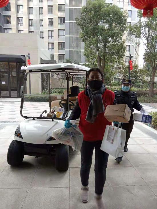 接驳车将志愿者送到楼栋。 本文图片均为尚海郦景小区居委会供图