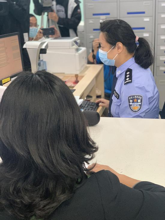 王女士在社区事务受理服务公安综合窗口办理户口迁移澎湃新闻记者朱奕奕 摄