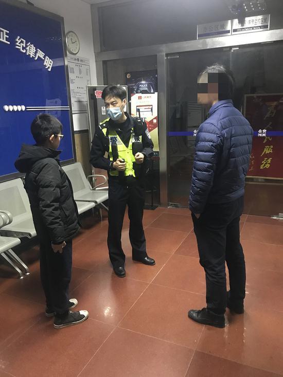 离家出走的小男孩和救助民警。松江公安供图