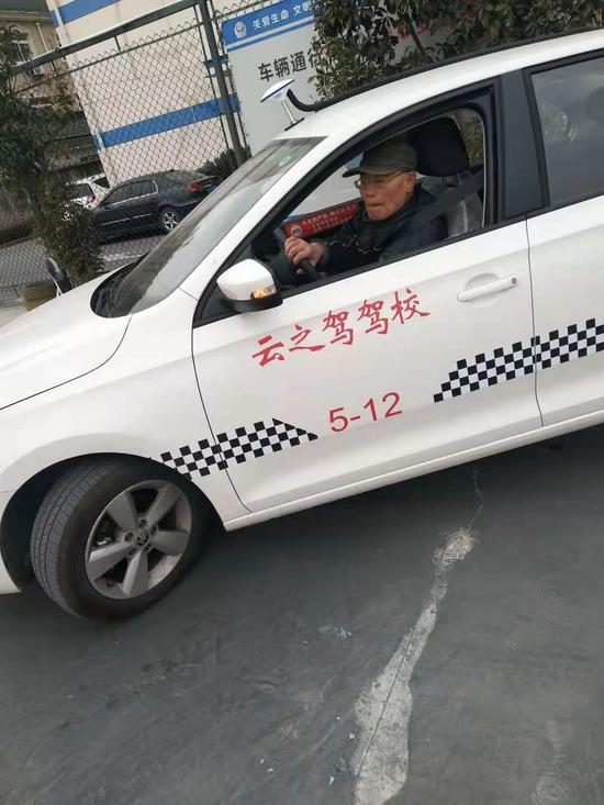 73岁的马老伯在闵行荣安驾校练车。
