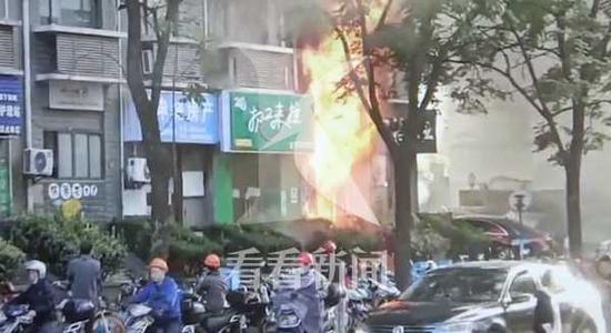 浦东一修车铺突发火灾致3人死亡 起因是电动车电池起火