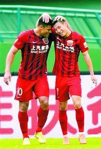 上港队球员武磊(右)与胡尔克庆祝进球。新华社发