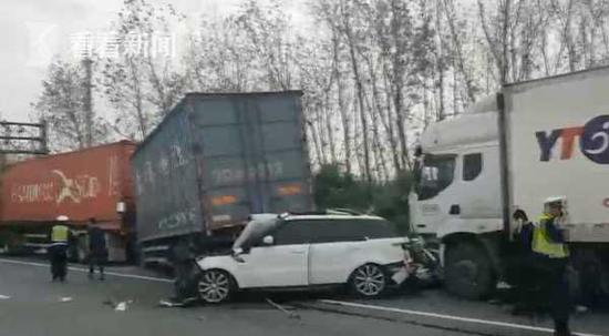 G1503近嘉松北路5车追尾 集卡夹击小轿车伤者送医救治