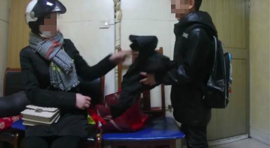 10岁男孩凌晨被父亲送到火车站乞讨 只因未做完作业