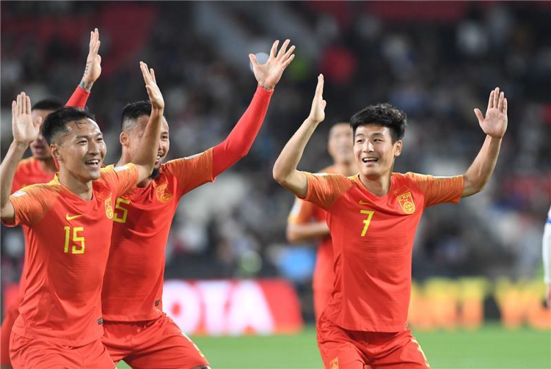 """图说:武磊进球后,亮出了和队员实现准备好的庆祝动作,""""这个动作看电视学来的,有点搞笑的意思!""""武磊赛后说。"""