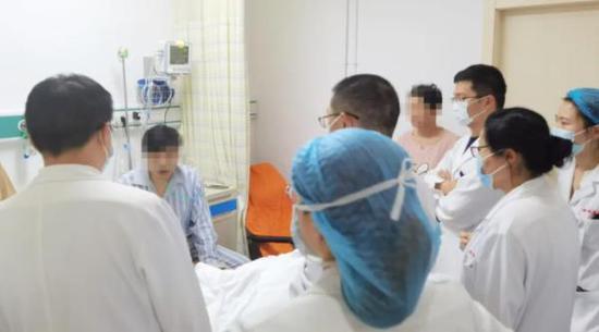 33岁男子口腔溃疡近一年 跑8家医院终确诊为致命罕见病