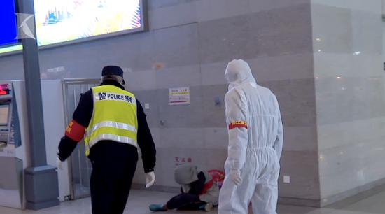 女子拒戴口罩枯坐虹桥站内 平易近警伸援手还被怒斥