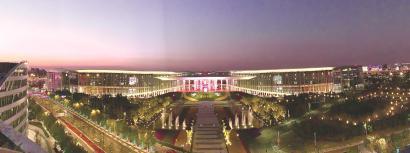 夜色中的国家会展中心(上海)静候八方宾客。 本报记者 袁婧摄