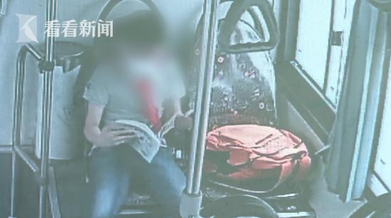 小男孩复学第一天把书包落在公交车 现场视频哭笑不得