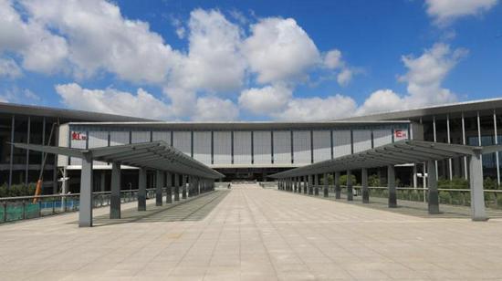 图为已经建成的国家会展中心二层步廊一期,长度为343米。