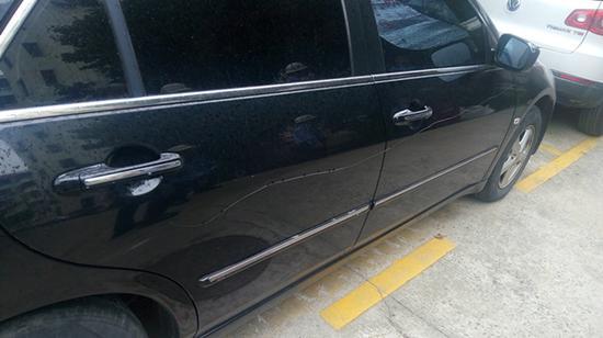 图说:被划伤的车辆。青浦公安分局提供