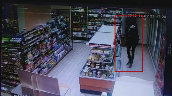 图说:监控拍下的外籍女子盗窃便利店画面。警方供图