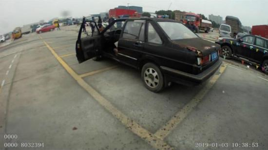 图说:男子使用破旧不堪的私家车教人学车。松江公安供图