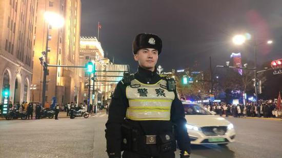 颜宇轩在执勤。 澎湃新闻记者 朱奕奕 图