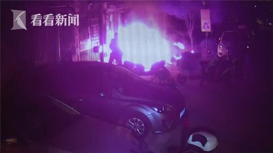 视频:男子凌晨点火烧邻居车 因邻里纠纷怀恨在心