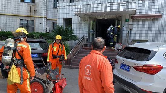 图说:消防队员救火 来源/采访对象供图(下同)