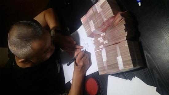 图说:被害人被强迫写下金额虚高的借条,犯罪嫌疑人拍此照作为证据。警方供图