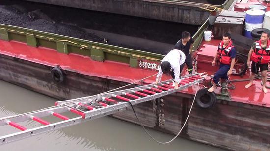 浦东一女子跳河轻生 消防员巧用拉梯架起生命浮桥