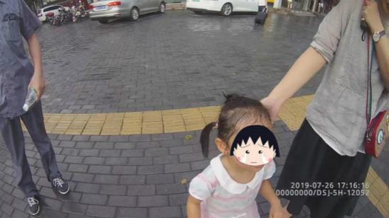 图说:热心市民报警称发现3岁迷途幼童。宝山公安分局 供图(下同)
