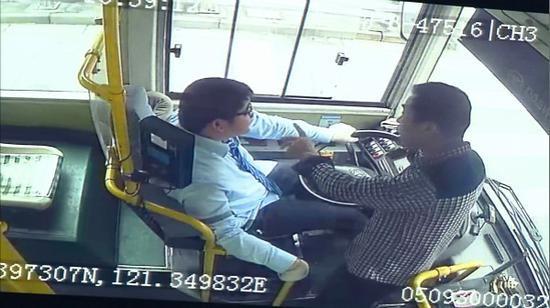 醉酒乘客坐过站强拽司机方向盘 获刑三年半