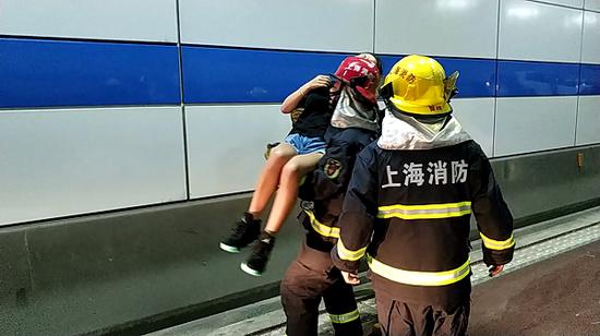 长江隧道内两车追尾4人被困 消防队员上演最暖公主抱