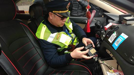 图说:交通执法人员严格执法 市交通委执法总队供图(下同)