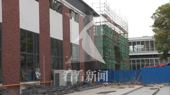 宝山江杨南路一科创园发生火灾 消防人员赶赴现场抢救