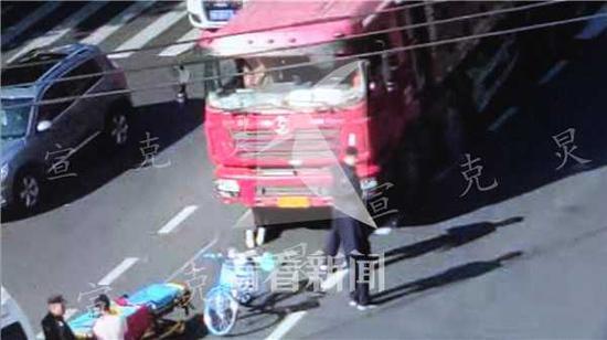 上海一老伯骑车过马路 被渣土车卷入车底死里逃生