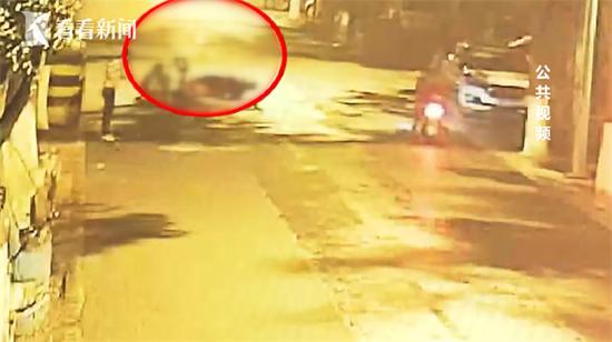 女子围观路边情侣吵架竟被打骨折 嫌疑人已被逮捕