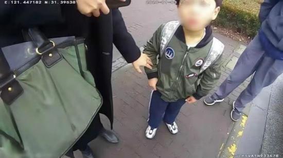 上海一对夫妻去上班6岁儿子忘家中 男童出门上演寻亲记