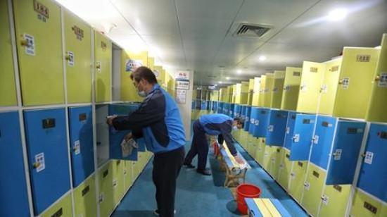 东方体育中心游泳馆内,工作人员对更衣室进行消毒。 本文图片 新民晚报新媒体