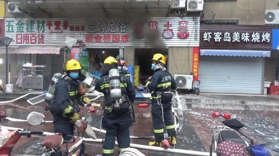 嘉定一小吃店爆燃起火 系液化气泄漏所致