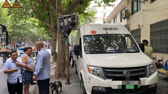 杨浦一面包车驶上人行道 撞坏公交发车信息牌
