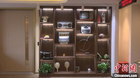 蝴蝶牌缝纫机、黑白电视机、卡式录音机……唤起老人对过往的美好回忆。 康玉湛 摄