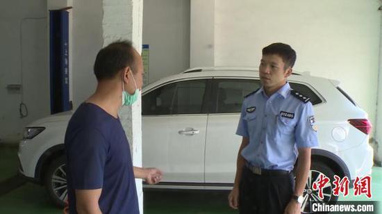 受害人成先生在向警方介绍情况 杨季峰 摄