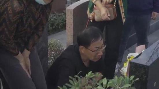 杀妻焚尸案开庭前被害人家属去扫墓:会为女儿讨公道