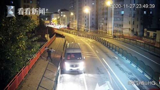 男子为泄私愤连扔5辆共享单车入河 涉嫌寻衅滋事被刑拘