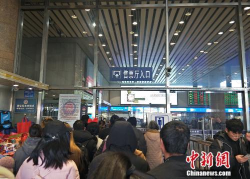 资料图:火车站拥挤的售票厅入口。姚露 摄