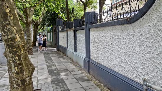 2016年夏天,徐汇衡复风貌区整治后,沿街围墙恢复了原样  图片来源:竺钢 摄