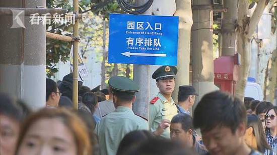 田子坊迎节日大客流 警方启用灌溉式管控疏导