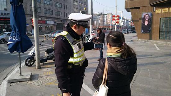 青浦公安为不守法的非机动车和行人定制震撼教育