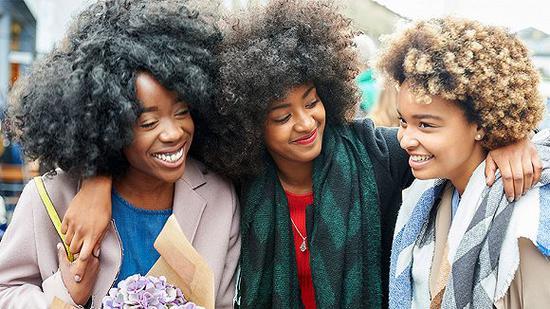 黑人女性自然的头发通常是蓬松卷发。